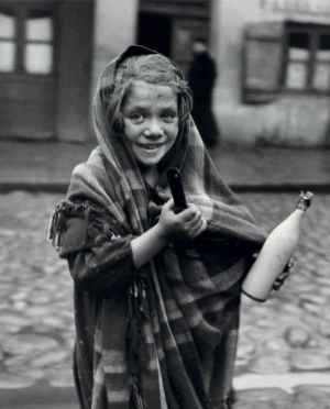 Roman Vishniac - Father earned today some money and daughter is sent for milk, 1937